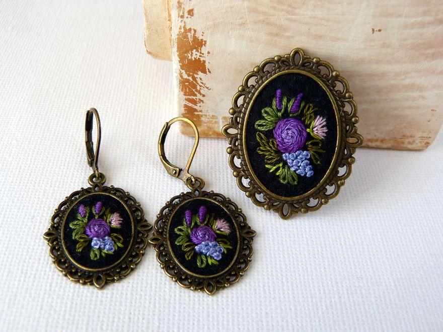 Marta Krajewska cria belas joias vintage decoradas com bordados à mão stylo urbano-1