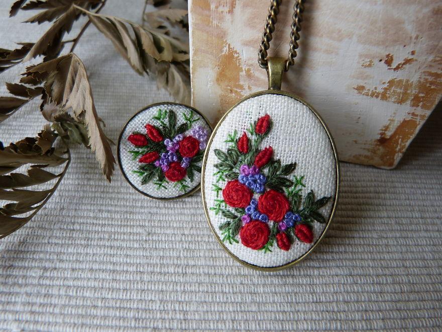 Marta Krajewska cria belas joias vintage decoradas com bordados à mão stylo urbano-5