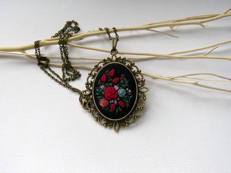 Marta Krajewska cria belas joias vintage decoradas com bordados à mão stylo urbano-7
