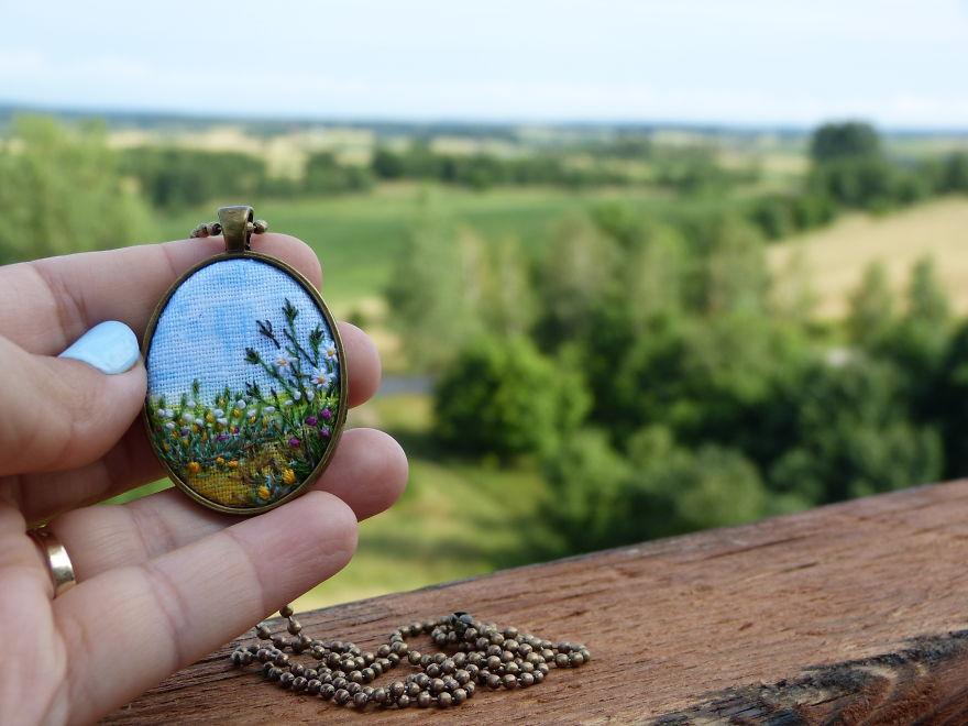 Marta Krajewska cria belas joias vintage decoradas com bordados à mão stylo urbano-3
