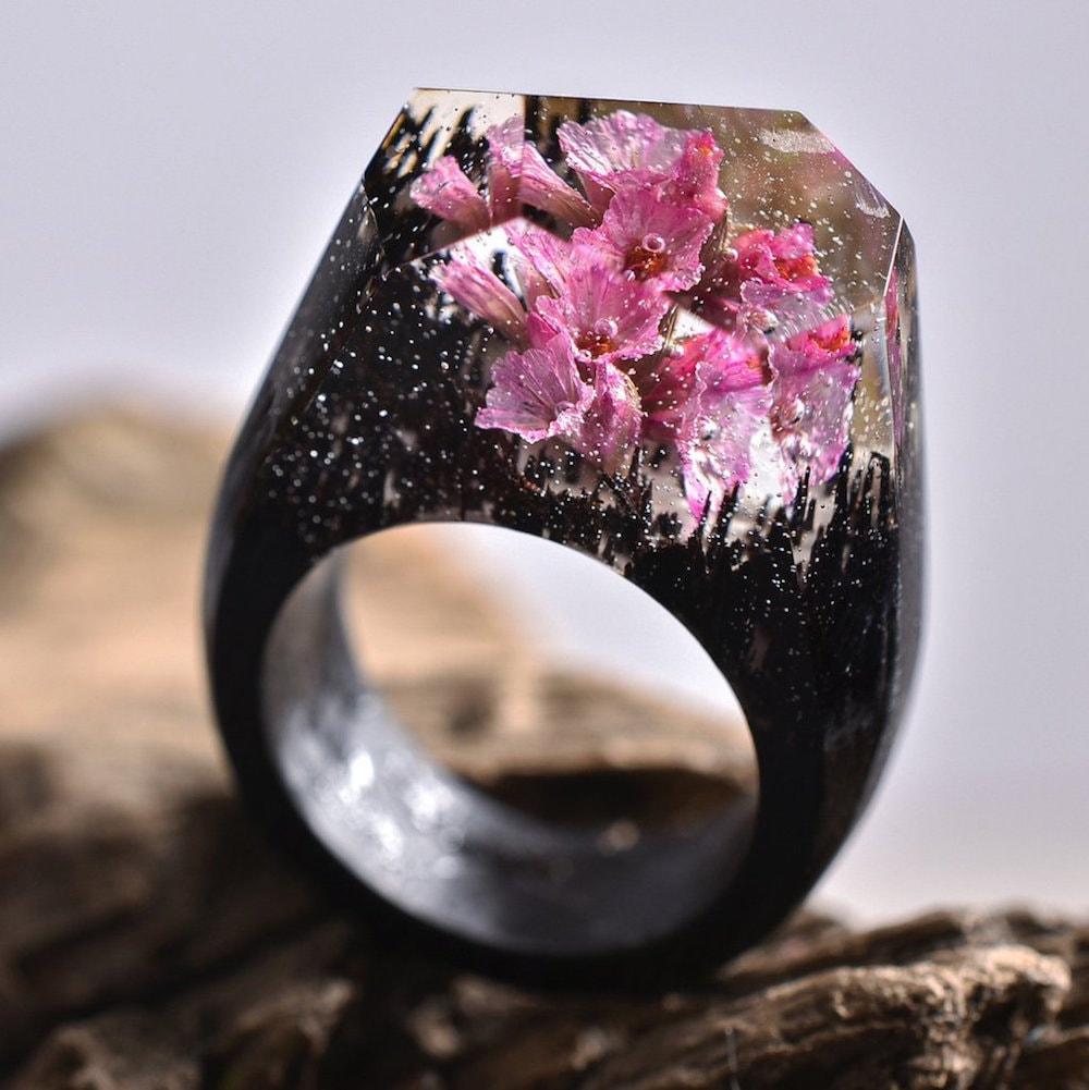 Joalheiro cria mundos surreais em anéis artesanais de madeira e resina stylo urbano-7