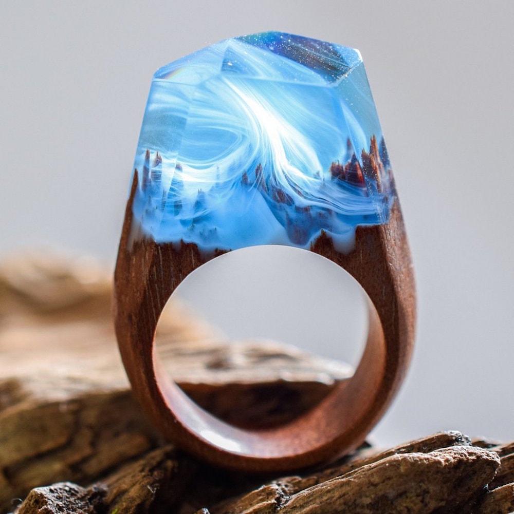 Joalheiro cria mundos surreais em anéis artesanais de madeira e resina stylo urbano-5