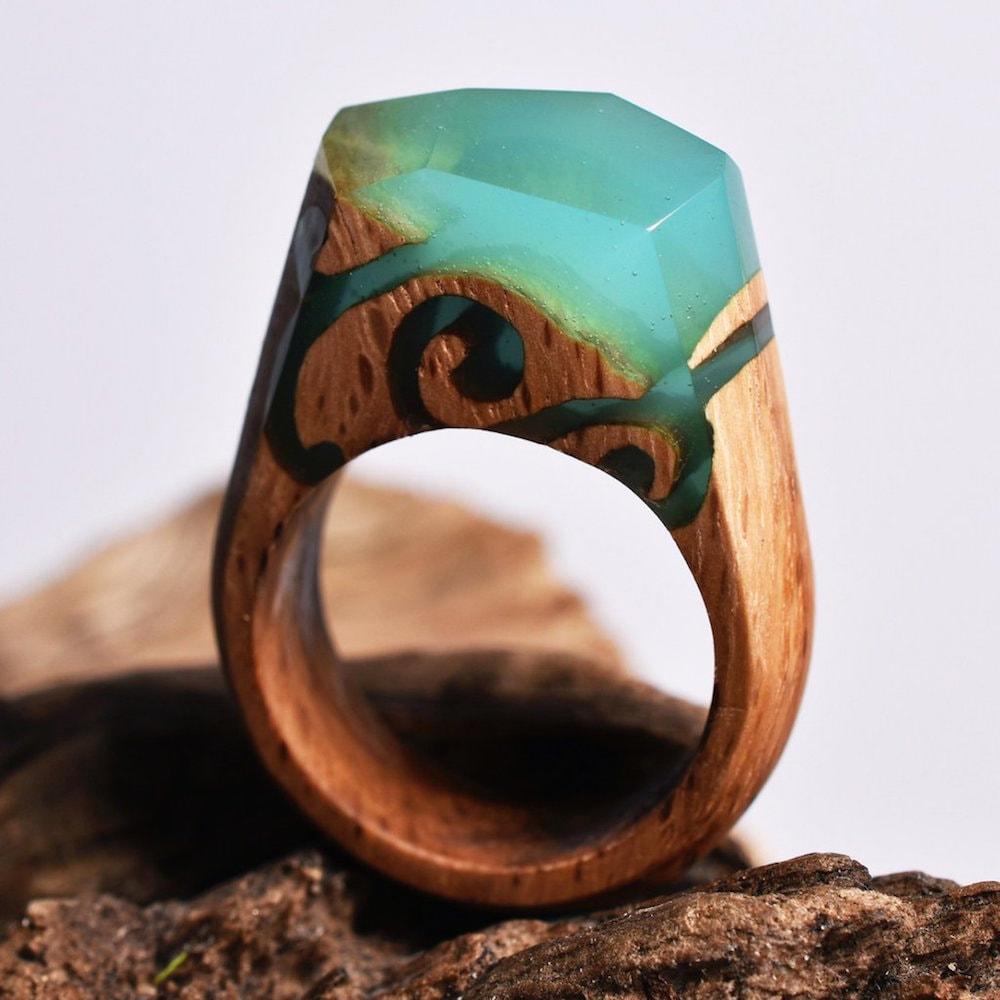 Joalheiro cria mundos surreais em anéis artesanais de madeira e resina stylo urbano-4