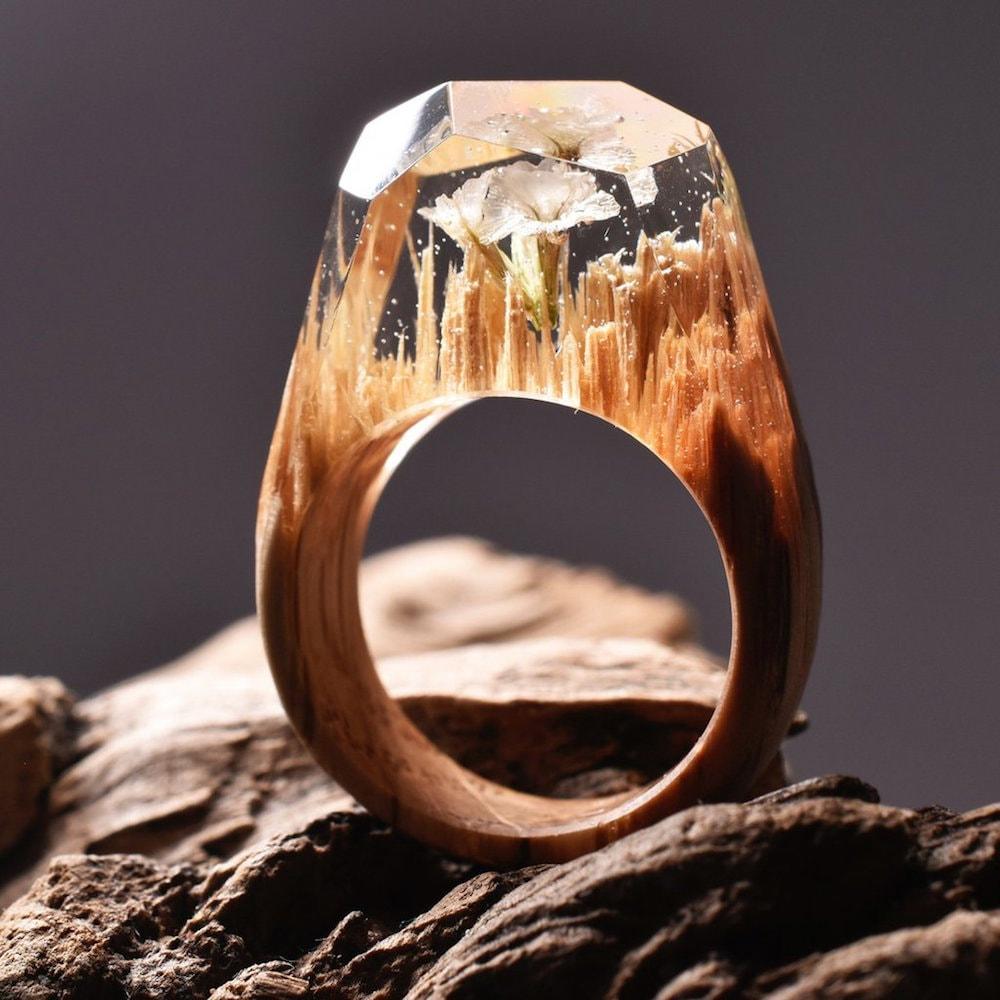 Joalheiro cria mundos surreais em anéis artesanais de madeira e resina stylo urbano-3