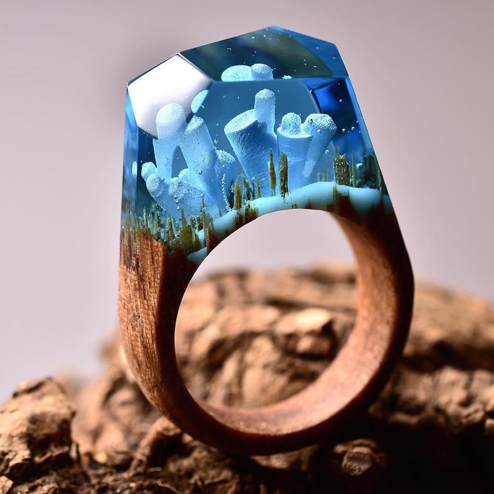 Joalheiro cria mundos surreais em anéis artesanais de madeira e resina stylo urbano-2