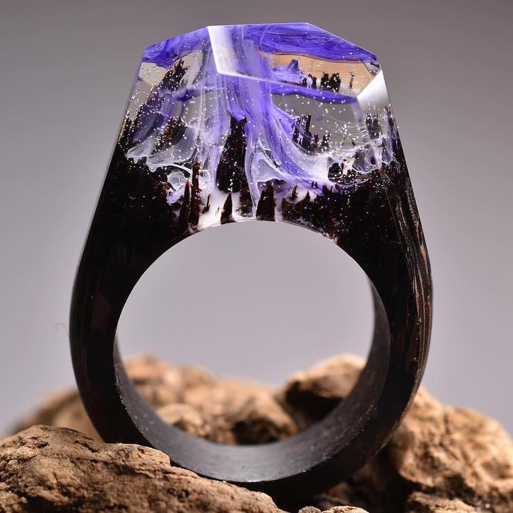 Joalheiro cria mundos surreais em anéis artesanais de madeira e resina stylo urbano-1