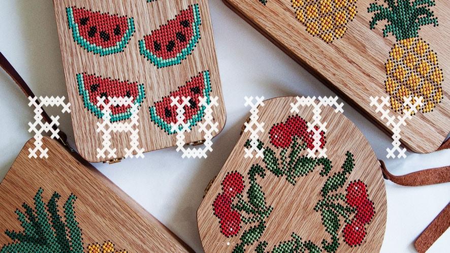 Grav Grav cria bolsas artesanais de madeira decoradas com bordados coloridos stylo urbano