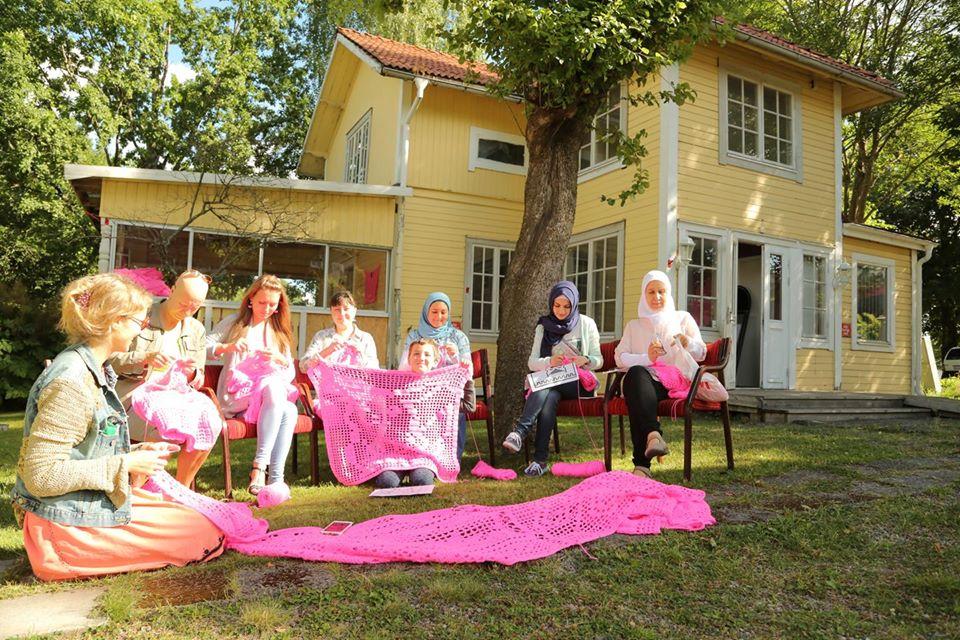 Olek cria uma instalação de arte cobrindo uma casa antiga com fios de crochê pink stylo urbano