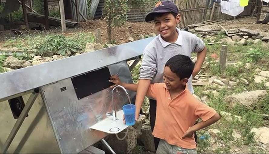 Empresa produz água potável a partir do ar através de painéis solares stylo urbano