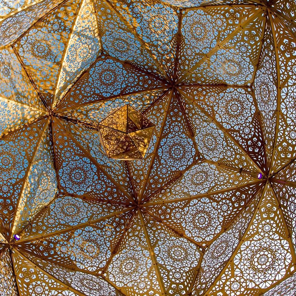 Cozo explora a geometria sagrada através de esculturas, joias e luminárias stylo urbano